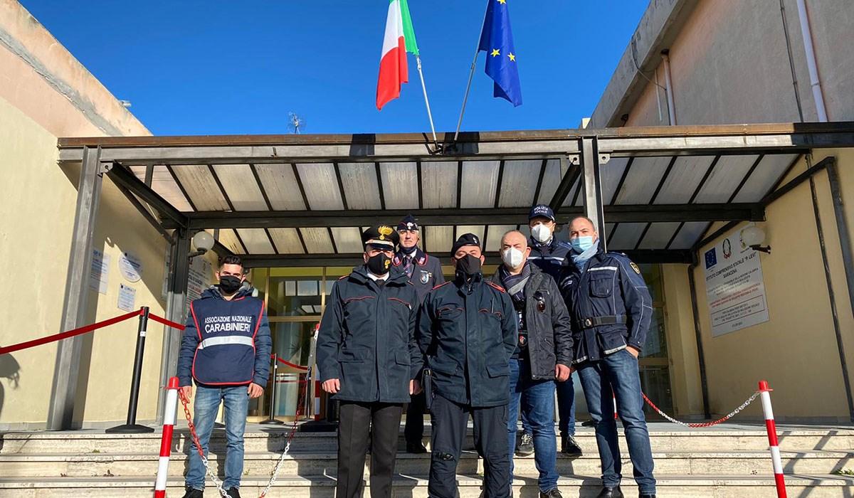 Polizia Municipale e Carabinieri all'ingresso della scuola di Saracena