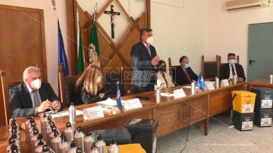 Al centro: il sindaco del comune di Sellia Marina, Francesco Mauro