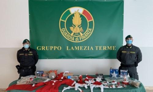 Lamezia Terme, sequestrati 17mila articoli natalizi illegali: denunce e sanzioni