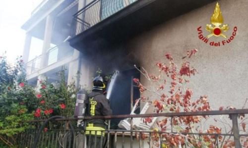 Vibo Marina,  il presepe va a fuoco e si incendia parte della casa