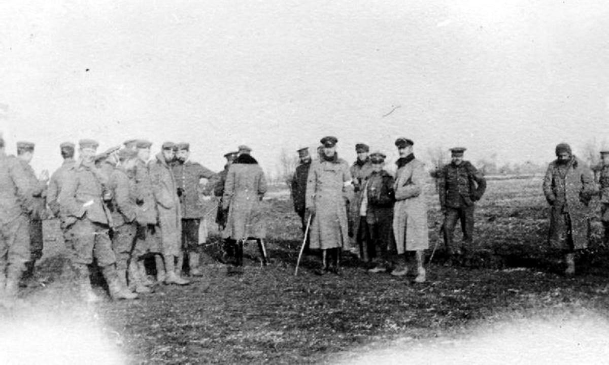 Truppe si incontrano durante la tregua non ufficiale (foto wikipedia)