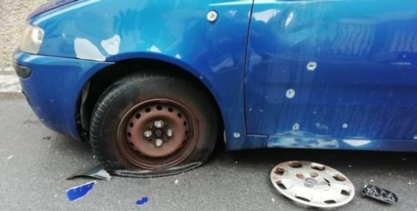 L'auto danneggiata dall'esplosione. Fonte foto: dal web