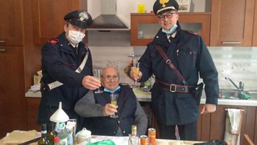 Il signor Fiorenzo con i due carabinieri che hanno risposto alla sua chiamata (foto ansa)