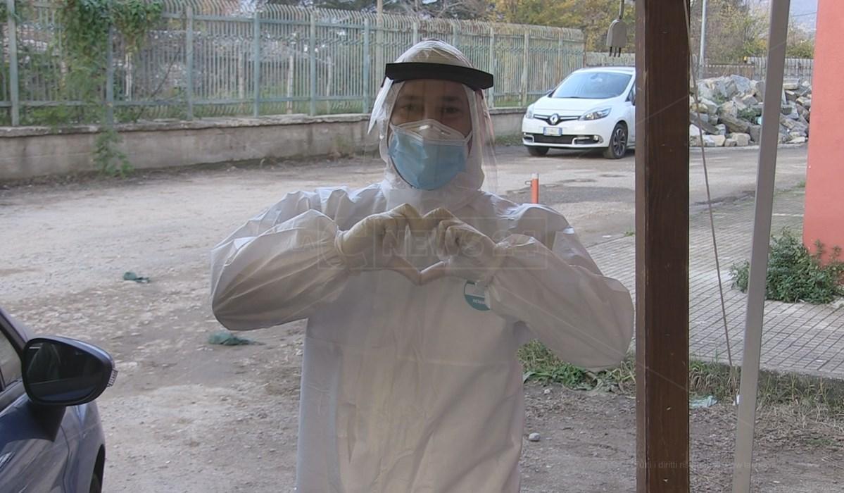 Un operatore dell'Usca di Cosenza mostra il cuore al nostro fotografo