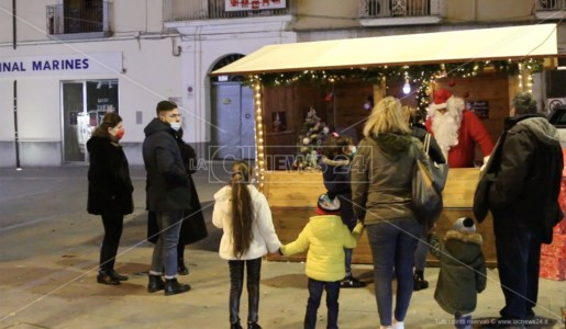 Castrovillari, regali e sorrisi ai bimbi con Babbo Natale e il giocattolo sospeso