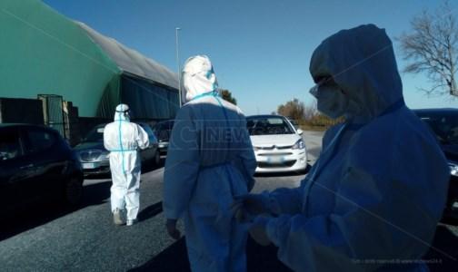 Coronavirus Vibo, caos e tensione al drive-in per i tamponi: intervengono i carabinieri