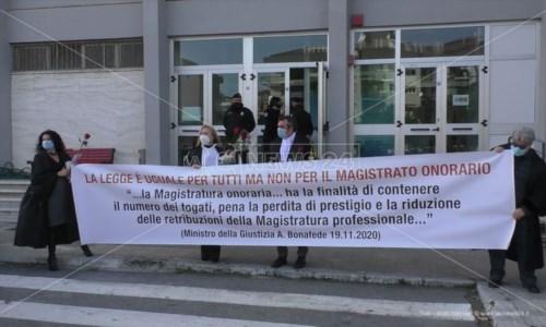 Crotone, protestano i giudici onorari: «Senza diritti e sottopagati»