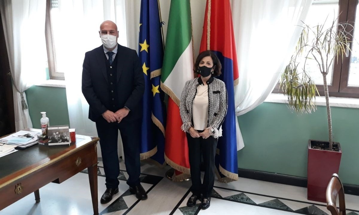 A sinistra il sindaco di Crotone Vincenzo Voce, a destra il prefetto Maria Carolina Ippolito