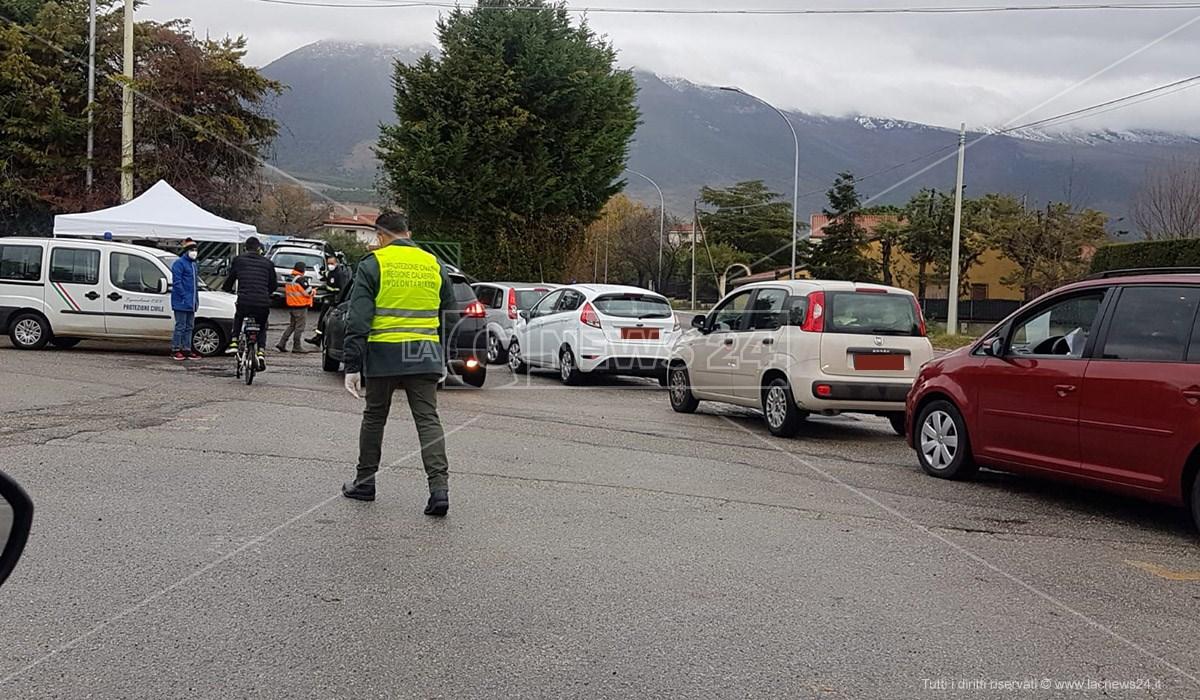 La fila di auto nella postazione drive-in di Castrovillari