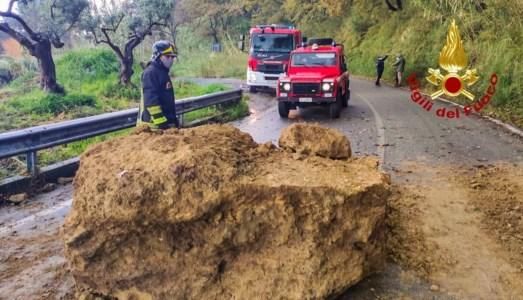 Il masso caduto sulla strada