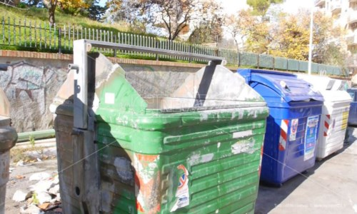 Crotone, riprende la raccolta rifiuti ma il sindaco avverte: «L'emergenza non è finita»