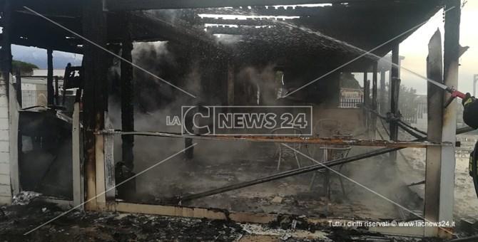 Il lido El Marinero distrutto dalle fiamme