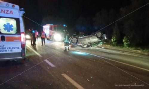 Incidente a Mileto, scontro tra auto: in due si danno alla fuga a piedi