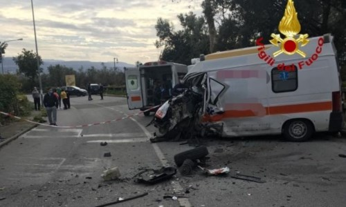 Incidente a Lamezia Terme, scontro tra ambulanza e furgone: 3 feriti