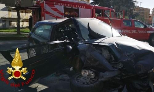 Incidente stradale a Cutro, auto contro muretto: 2 feriti