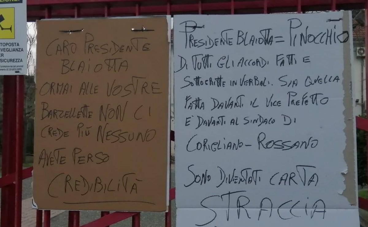 Cartelli affissi sui cancelli d'ingresso della sede di Trebisacce