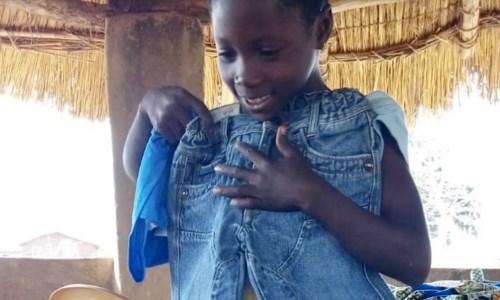 Un bimbo del Togo mentre riceve il suo regalo