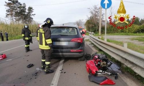 Incidente sulla statale 18, nello scontro tra auto e moto muore un 41enne