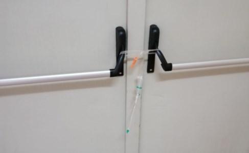 Una delle porte d'ingresso chiusa per il trasferimento del paziente Covid