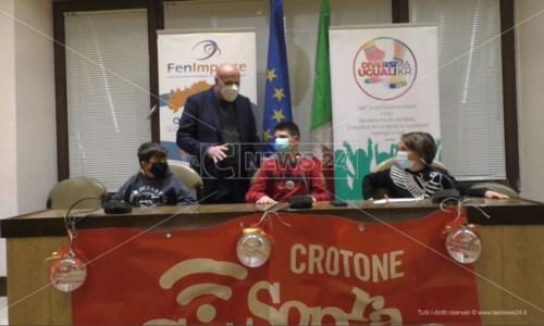Il sindaco di Crotone, Vincenzo Voce, e la delegazione dei bambini