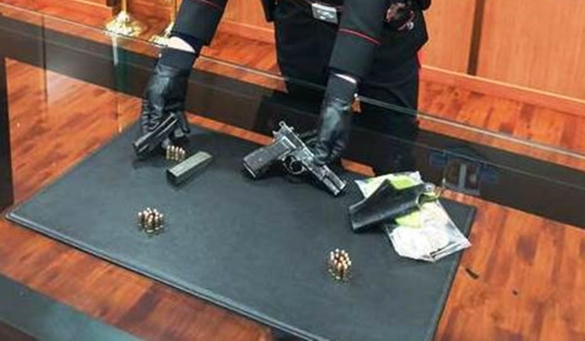 L'arma e le munizioni sequestrate dai carabinieri