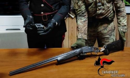 Rinvenuti una pistola lanciarazzi e un fucile pronti all'uso nel Reggino