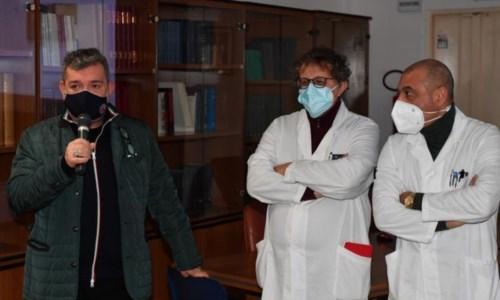 Il presidente Spirlì durante la visita all'ospedale