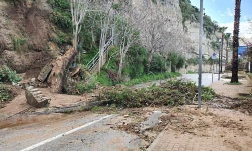 Maltempo, a Tropea la pioggia danneggia la rupe: chiuso lungomare