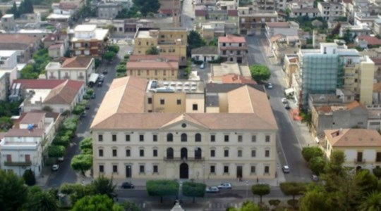 Covid, a Locri il contagio dilaga: i casi salgono a 138. Chiuse scuole e parco giochi