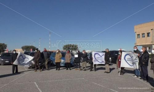 La manifestazione davanti all'aeroporto di Crotone