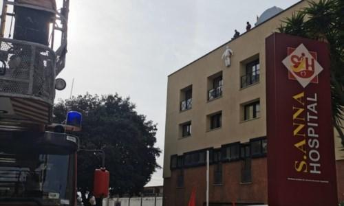 Sant'Anna, protesta dei lavoratori: occupati tetto dell'ospedale e ponte Morandi