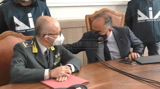 Il comandante della Guardia di Finanza, Claudio Solombrino, e il procuratore, Nicola Gratteri
