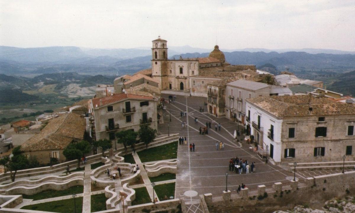 Piazza della chiesa di Santa Severina
