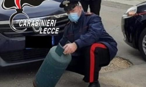 Litiga e lancia bombola di gas sull'auto con a bordo moglie e figlie: arrestato