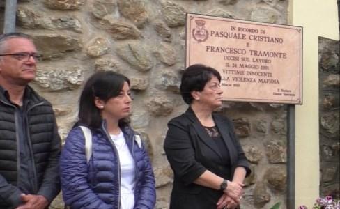 I parenti delle vittime presenziano ad una commemorazione