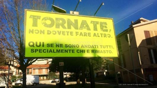 «Tornate», anche ad Acri spunta il manifesto con la poesia di Arminio