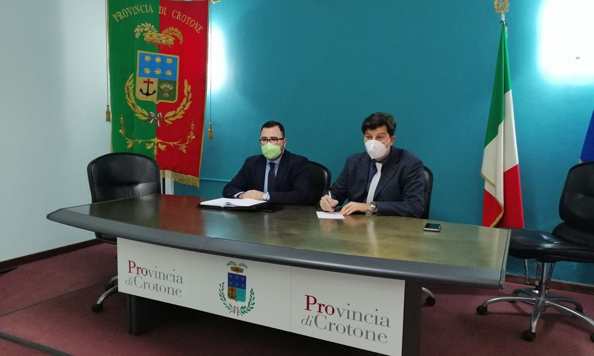 Il presidente ff della Provincia di Crotone, Simone Saporito e il responsabile Centro provinciale per la sicurezza stradale, Fabio Pisciuneri