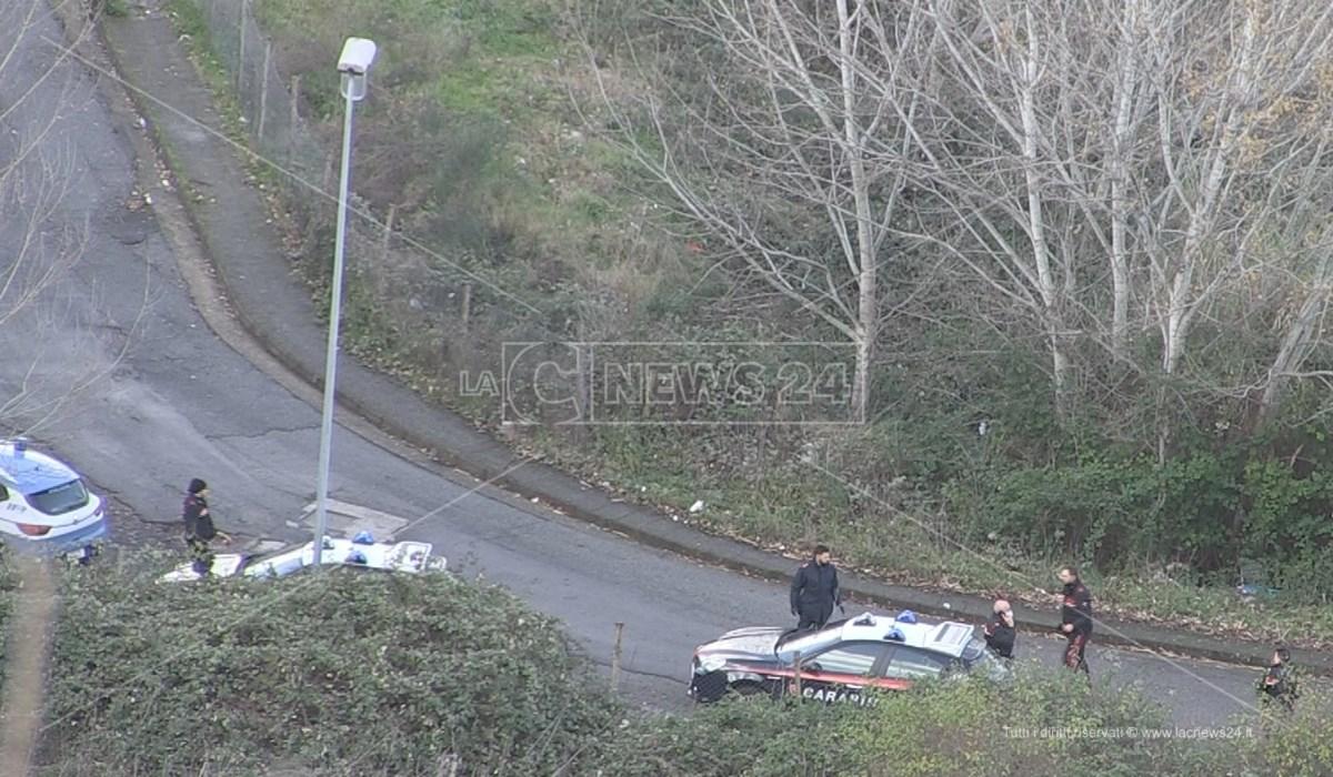 Polizia e carabinieri impegnati nella ricerca di armi tra i rovi