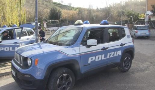 Posto di blocco della polizia all'ingresso del villaggio rom di Cosenza