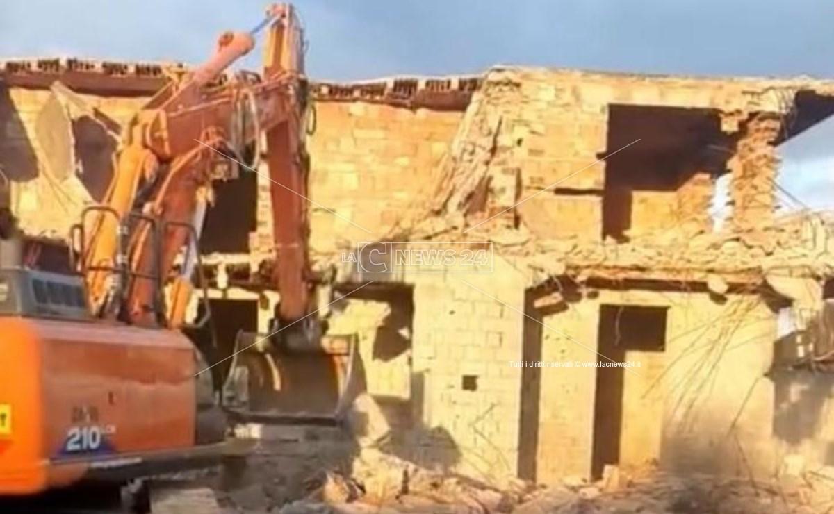 La demolizione in corso