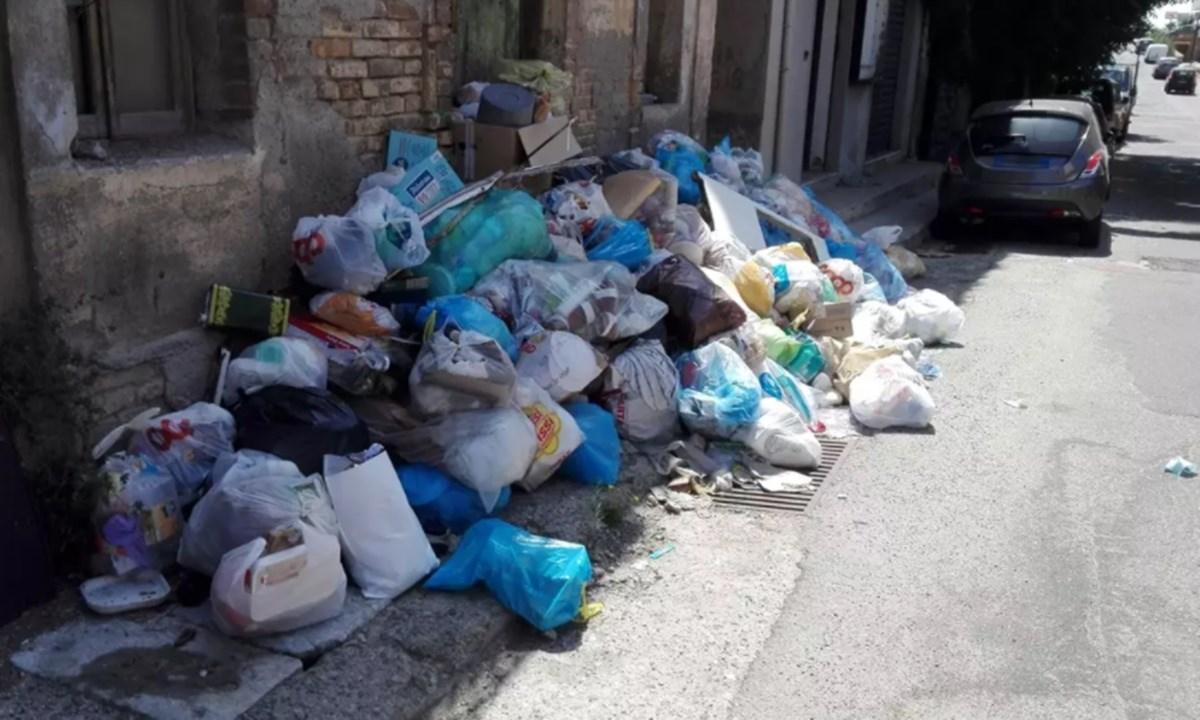Rifiuti per strada a Reggio Calabria