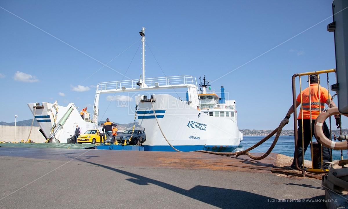Uno dei traghetti della società Caronte