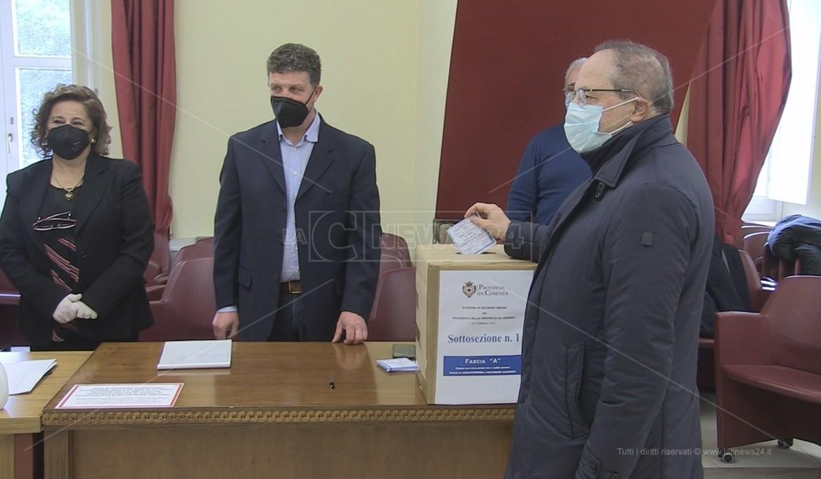 Il presidente della Provincia Franco Iacucci al voto per il rinnovo della carica