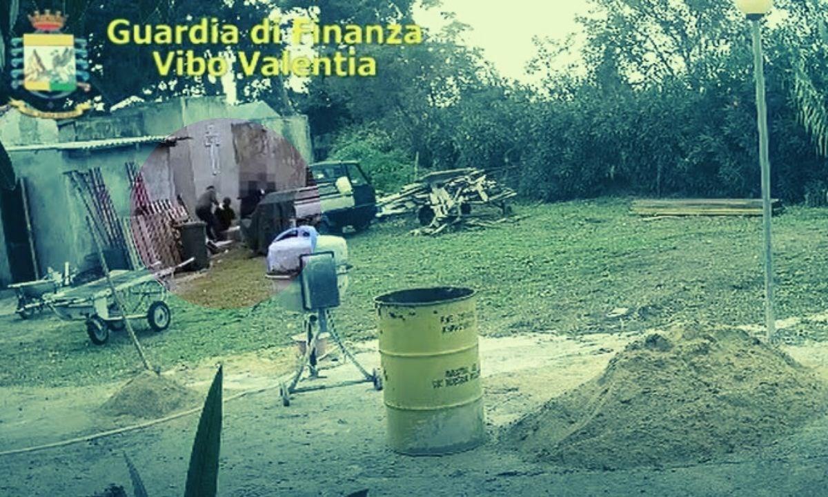 La distruzione di un cadevere in un frame del video della Finanza