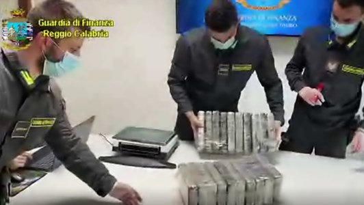 Porto Gioia Tauro, sequestrati 1.300 chili di cocaina: droga tra caffè e carne congelata