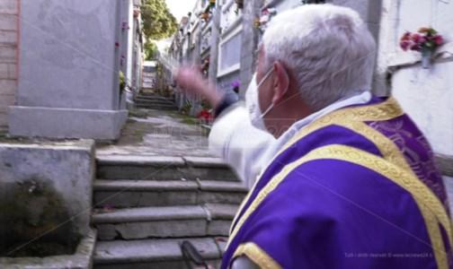 Tropea, messa e benedizione delle salme nel cimitero degli orrori: video