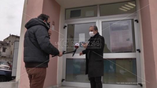 Vaccini Covid nelle scuole dei parenti, dirigente dell'Asp di Reggio si difende: «Scelta obbligata»