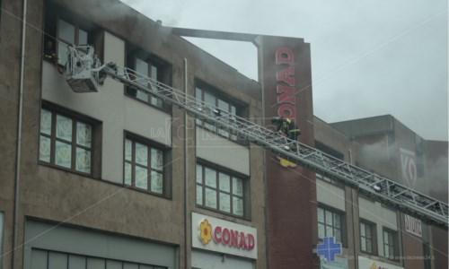 Incendio a Paola, in fiamme un capannone: vigili del fuoco al lavoro da ore