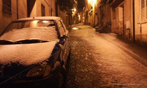 Neve in Calabria, i fiocchi iniziano a imbiancare le strade del Cosentino