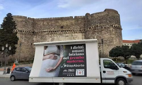 Manifesti su aborto a Reggio Calabria, lo scontro tra Comune e associazioni finisce in tribunale